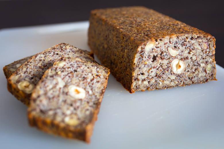 Składniki: 180 g płatków owsianych, 150 g nasion słonecznika, 130 g siemienia lnianego, 100 g pestek dyni, 80 g orzechów laskowych, 70 g mielonego siemienia