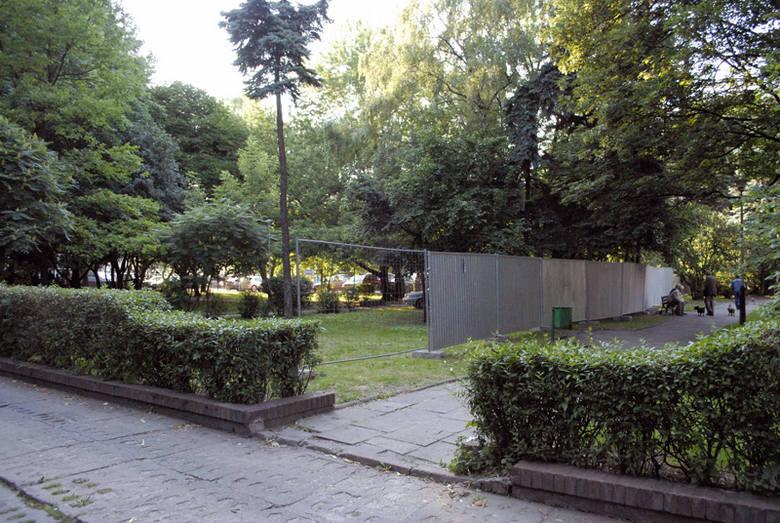 Przedmiotem sporu jest ten skwer. Wczoraj poprzestano na jego ogrodzeniu, ale drzewa mają być wycięte.