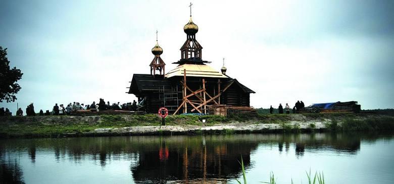 Cerkiew jeszcze w budowie, ale jej złote kopuły widać z daleka