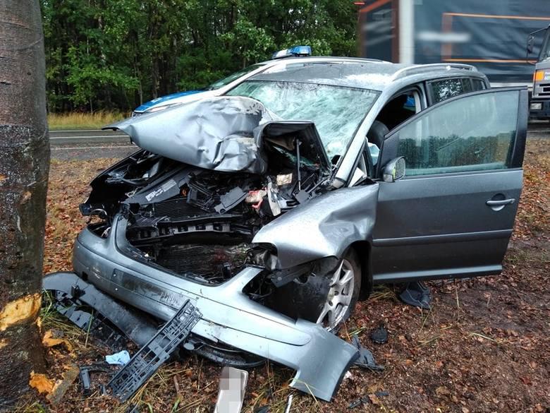 Śmiertelny wypadek w rejonie Przybiernowa. Samochód wypadł z drogi i uderzył w drzewo