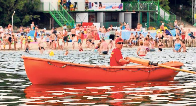 Ratownicy będą dbać o bezpieczeństwo kąpiących się, obserwując ich z 13 wież, z łódek i skuterów wodnych. Wszystkie służby deklarują współpracę - policja