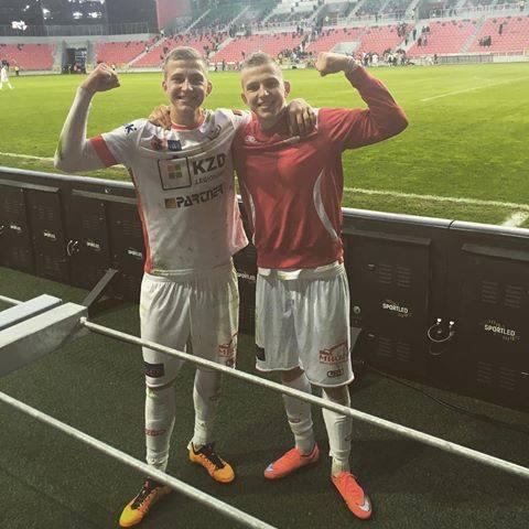 Łukasz i Rafał Wolsztyńscy wychowywali się w knurowskiej dzielnicy Szczygłowice, z której pochodzą też Jerzy i Dariusz Dudkowie. Kiedyś kopali piłkę przed jednym z bloków, teraz grają w Lotto Ekstraklasie.