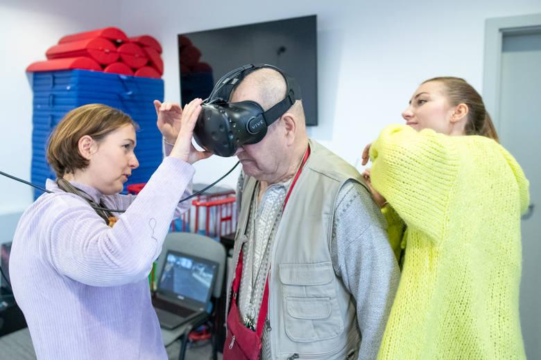 W czasie seansu nad pacjentem czuwają psycholog i rehabilitant, którzy przez cały czas utrzymują z nim kontakt werbalny.