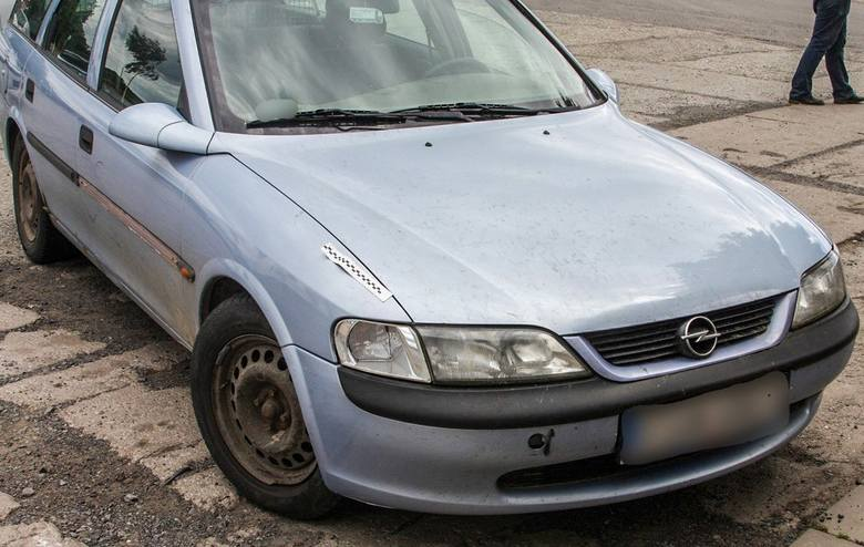 Policjant na urlopie rozpoznał na parkingu przy sklepie skradzione auto i zatrzymał kierowcę. Okazało się także, że mężczyzna był pijany. Jest też podejrzany
