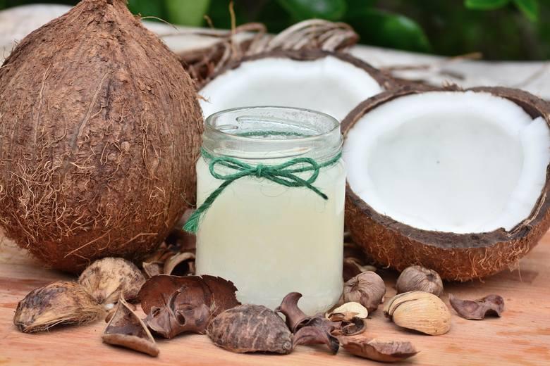Olej kokosowy w ponad 80 procentach składa się z nasyconych kwasów tłuszczowych, przez co ma nie tylko stałą konsystencję w temperaturze pokojowej, ale