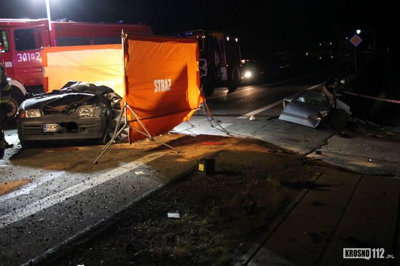 Wstępnie ustalono, że kierujący dostawczym mercedesem 19-latek, jechał w kierunku Miejsca Piastowego. Z nieustalonych dotąd przyczyn, jego auto uderzyło