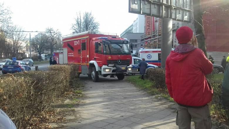 Operator żurawia przy ul. Głębokiej miał problem z wyjściem z kabiny. Interweniowała straż pożarna