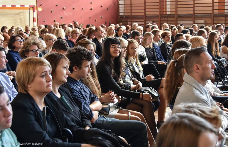 Szkoła Podstawowa nr 45 w Białymstoku świętuje jubileusz 30-lecia istnienia, 25-lecia integracji i 20-lecia nadania szkole imienia Jana Pawła II. Z tej