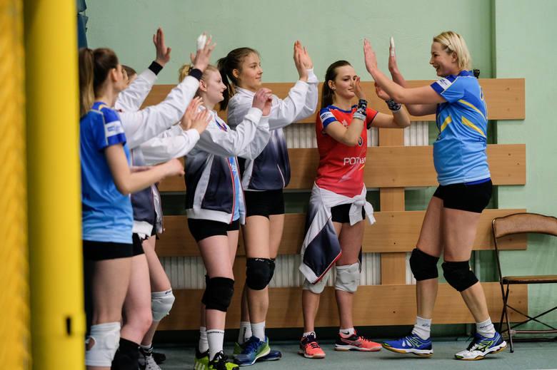 Beata Pawlicka (z prawej) i jej młodsze koleżanki z Energetyka w sobotę muszą wygrać z SKF Politechnika Poznańska, jeśli chcą doprowadzić do trzeciego