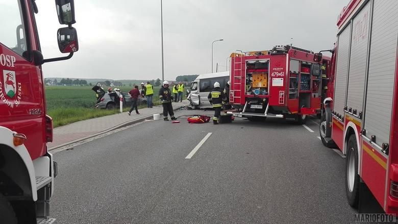 Bus marki mercedes zderzył się w Gorzowie Śląskim na ulicy Byczyńskiej z alfą romeo. Ranny został jej kierowca. W akcji śmigłowiec Lotniczego Pogotowia