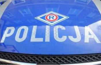 Na miejscu zderzenia skutera z samochodem jest policja i ustala szczegóły wypadku.
