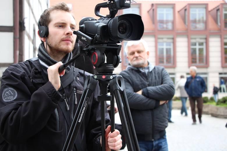 """Redakcja """"Gazety Lubuskiej"""" przez cały dzień dokumentowała to, co dzieje się na planie filmowym. Za kamerą: Michał Korn, w tle: Dariusz Chajewski."""