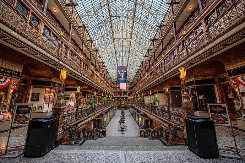 The Arcade powstało w 1890 r. jako budowla, którą dziś nieprecyzyjnie nazwalibyśmy galerią handlową. Dwa 9-piętrowe budynki oraz uliczkę między nimi