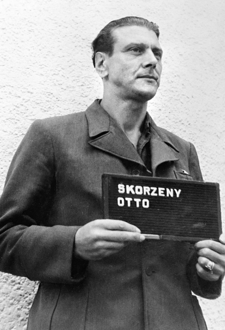 Skorzeny (na zdjęciu w środku) stoi  obok Benita Mussoliniego (w kapeluszu) tuż po uwolnieniu włoskiego dyktatora