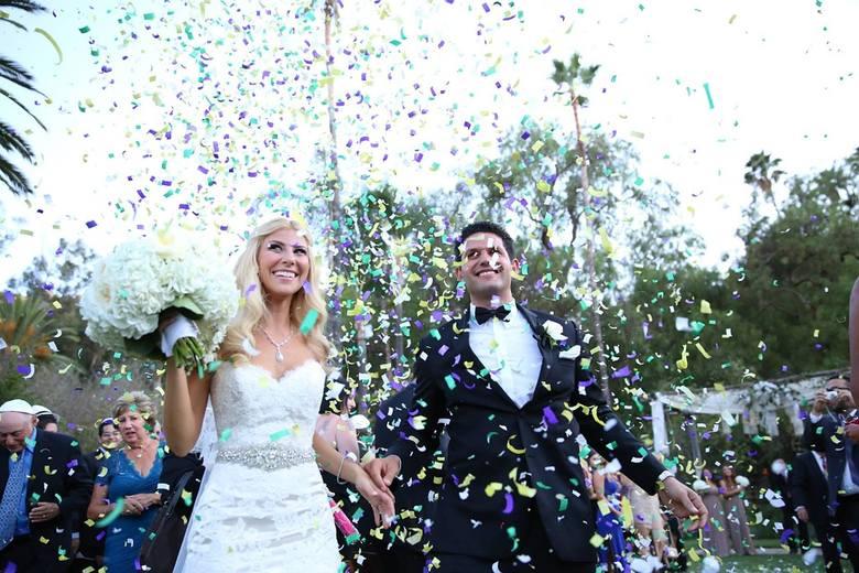 Ile włożyć do koperty na wesele? To zależy od trzech czynników: wystawności przyjęcia, zamożności gości i stopnia pokrewieństwa z młodą parą. Ile pieniędzy