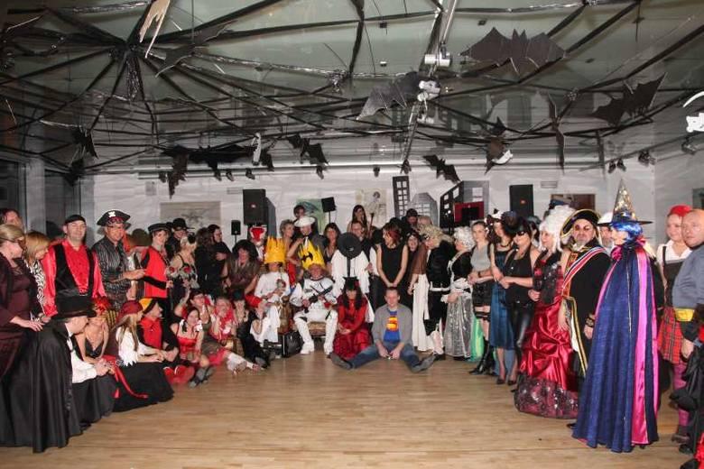 Blisko 90 osób bawilo sie w sobote na X Jubileuszowym Karnawalowym Balu Kostiumowym w Galerii Sztuki Wspólczesnej w Opolu.