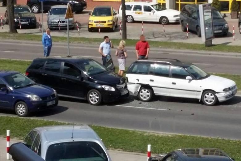 Ul. Legionowa. Kolizja trzech aut, jeden pas ruchu częściowo zablokowany (zdjęcia)