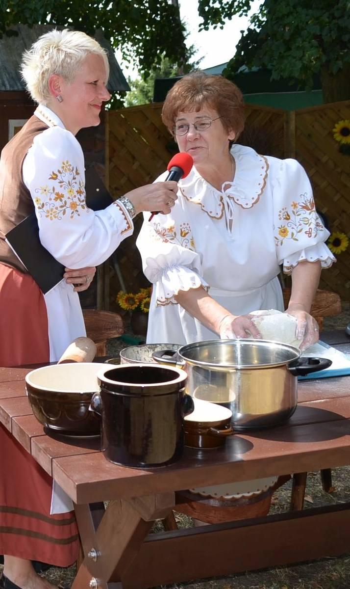 Szefowa KGW w Tucholi  Zenobia Majka na jednym z festynów prezentowała, jak się robi pierogi.