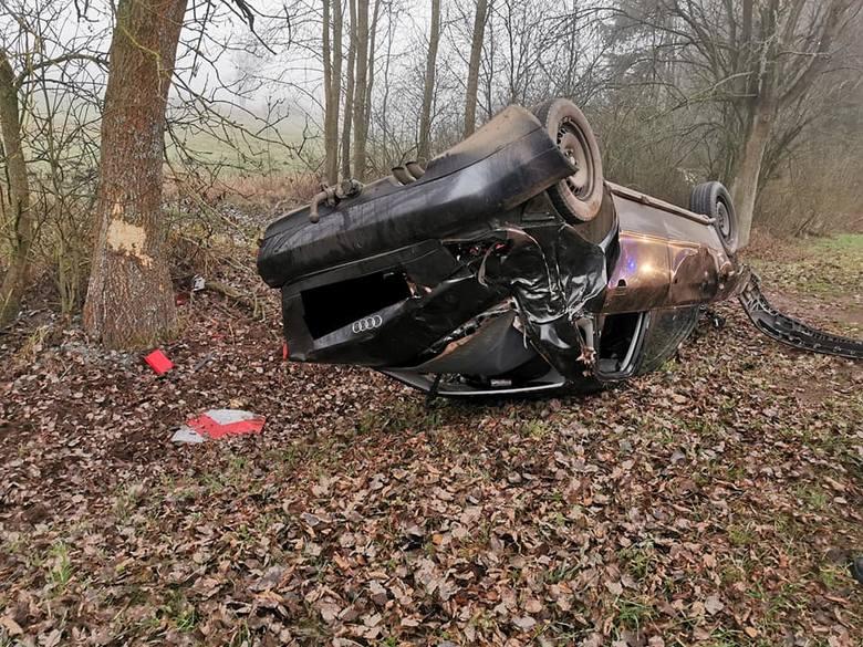 Zaręby. Wypadek na trasie Myszyniec - Chorzele. Auto doszczętnie rozbite, a kierowca uciekł, 26.11.2019