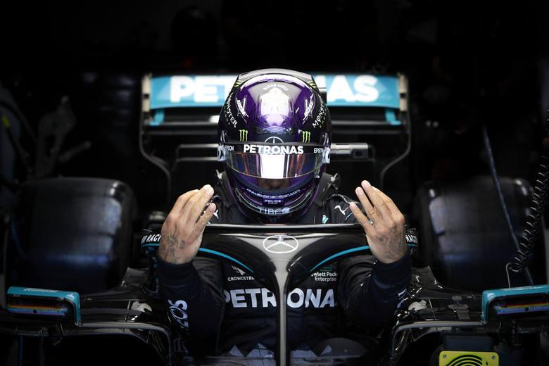 Trudna walka Lewisa Hamiltona na gesty i słowa
