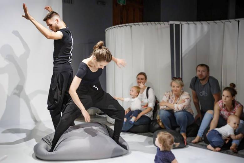 """Poznański Teatr Animacji przyjedzie ze spektaklem """"LABirynt 2.0"""". Tancerze przeprowadzą naj-najny i rodziców przez instalację labiryntu, którego wszystkie"""