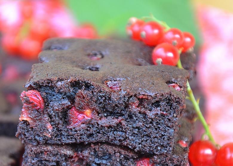 Szybkie ciasto brownie z czerwonymi porzeczkami. Zobaczcie przepis naszej Czytelniczki!