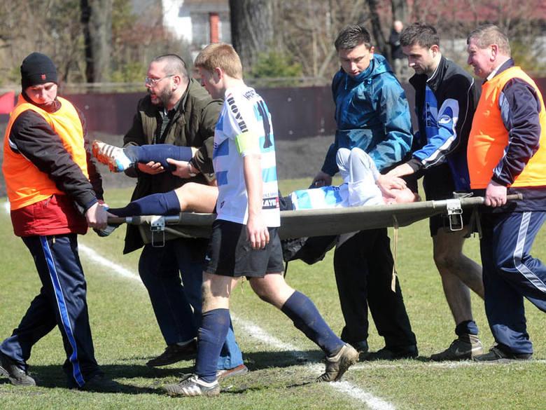 Sebastian Meier (na noszach) na długo zapamięta derbowy mecz ze Stalą Sanok z 27 marca br.