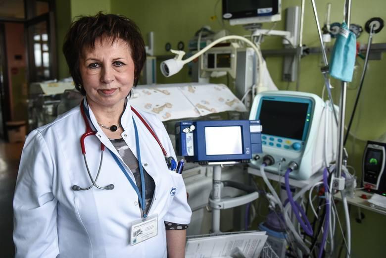 Doktor Anna Jaworska przy stanowisku opieki nad noworodkiem z urządzeniem do przezskórnego monitorowania tlenu i dwutlenku węgla.