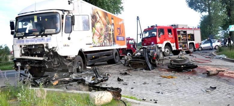 Tragedia pod Deszcznem. Zginął kierowca opla, jedna osoba jest ranna
