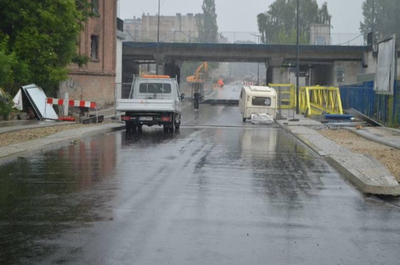 Ulica Tramwajowa w połowie ma już asfalt! Kiedy zakończy się remont? [zdjęcia]