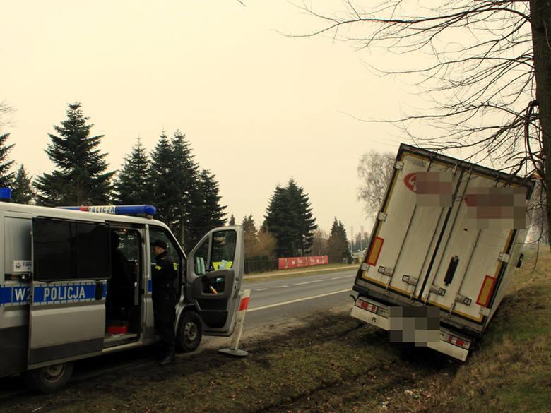 """Kolejny wypadek na krajowej """"6"""". Pijany kierowca wylądował na drzewie. W niedzielę  około godziny 11:30 na drodze krajowej nr 6 w okolicach"""