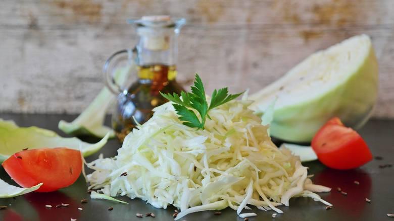 Poszatkowana biała kapusta to nie tylko główny składnik kapuścianej zupy, ale też warzywnych dań duszonych i sałatek.