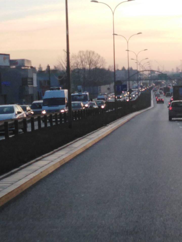 Samochody zderzyły się niedaleko Jednostki Ratowniczo-Gaśniczej Nr 2 w Białymstoku. Zdjęcie pochodzi z fanpejdża Kolizyjne Podlasie