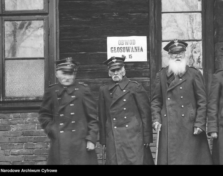 Jak głosowaliśmy 50 i 100 lat temu? Zobacz archiwalne zdjęcia z wyborów. Lokale wyborcze pękały w szwach!Weterani z 1863 roku przed lokalem wyborczym