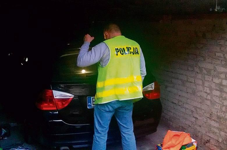 """Skradzione samochody najczęściej trafiają do złodziejskich tzw. """"dziupli"""", gdzie są rozbierane na części."""