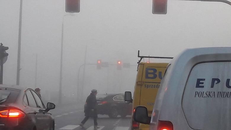 Gęsta mgła pojawiła się na Kujawach i Pomorzu już w poniedziałek i tak będzie przynajmniej do 28 listopada.Pierwsza połowa tygodnia będzie coraz cieplejsza,