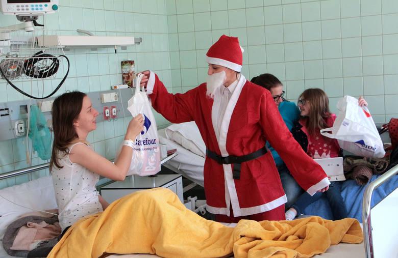Strażnicy miejscy z Grudziądza wraz z Carrefourem przygotowali mikołajkowe paczki dla dzieci przebywających na oddziale dziecięco - młodzieżowym szpitala