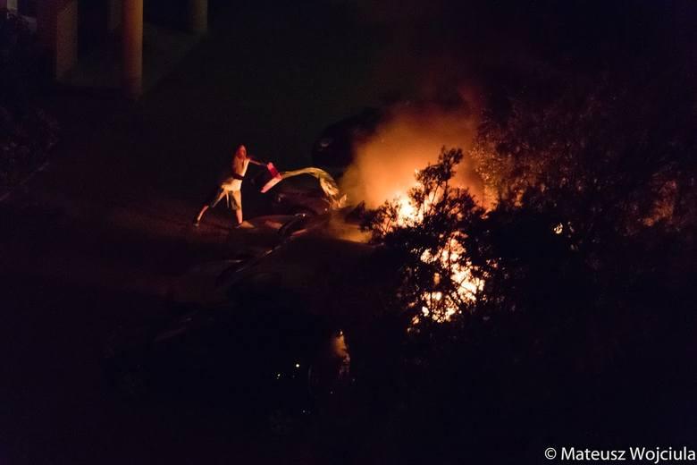Policjanci ustalają okoliczności pożaru pod nadzorem prokuratora. Dwie osoby zostały zatrzymane w związku ze sprawą.