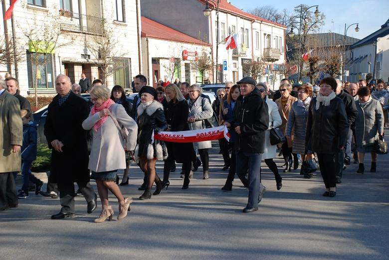 Wspólne świętowanie, odśpiewanie hymnu państwowego i radość ponad podziałami. Mieszkańcy powiatu pińczowskiego 11 listopada uczcili w Pińczowie setną