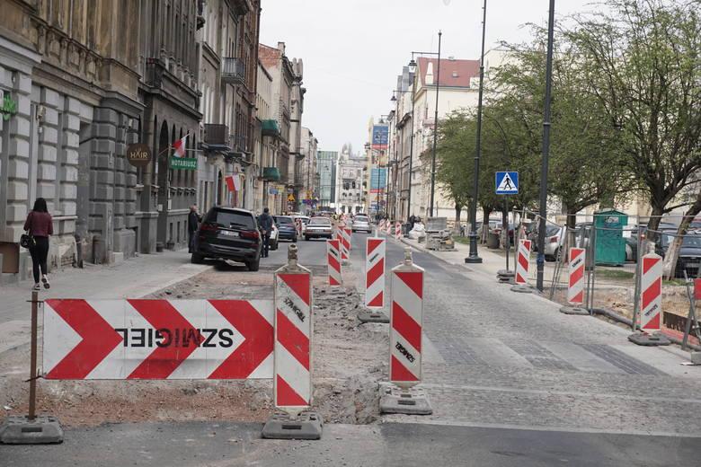 Remontowana jest również (od niemal dwóch lat) ul. Sienkiewcza. Obecnie trwają prace przy nasadzaniu zieleni oraz wykończeniowe przy układaniu chodników.