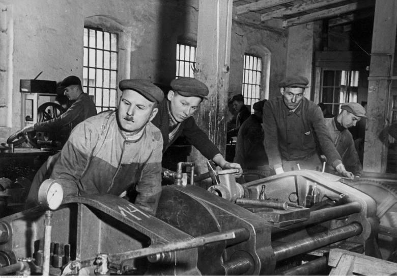 """Hala maszyn i robotnicy w fabryce """"Wiepofama"""".Przejdź do kolejnego zdjęcia --->"""