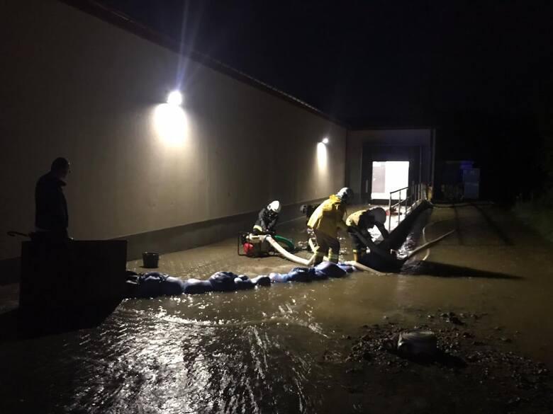 Nawałnica. Czwartek, 5 sierpnia. OSP Kalwaria Zebrzydowska walczy z wdzierającą się wodą do jednego z sklepów i budynków przy ul. Kolejowej