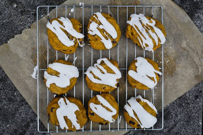 Jak zrobić lukier do ciasta i ciastek? Jak przygotować lukier? Proste przepisy na słodką dekorację. Babka wielkanocna - przepis na lukier