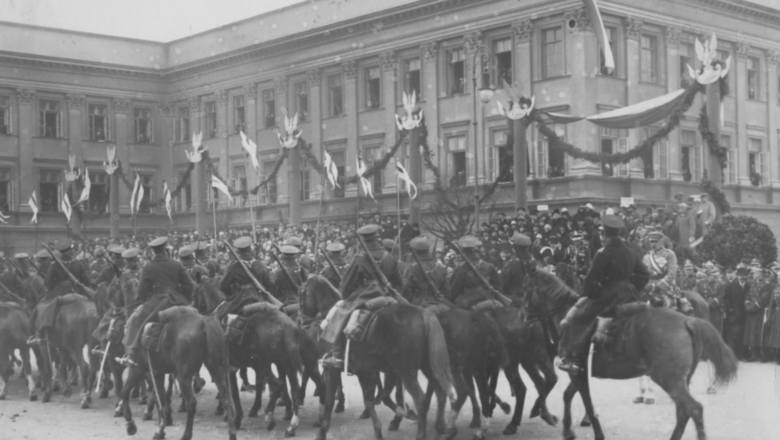 Wielkim wysiłkiem społeczeństwa były próby scalenia ziem Polski w jeden organizm państwowy. Pamiętajmy, że kraj był podzielony przez 123 lata. Był również