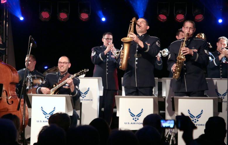 """Big Band Sił Powietrznych USA """"Ambassadors"""" to dwunastoosobowy zespół jazzowy na stałe stacjonujący w Bazie Lotniczej Ramstein, w Niemczech. Zespół powstał"""