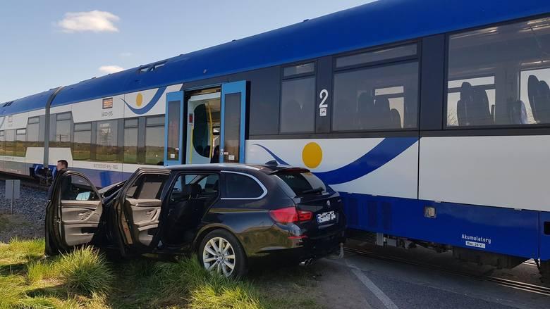 Bajtkowo. Zderzenie samochodu osobowego z pociągiem na przejeździe kolejowym. 33-letnia kobieta została przewieziona do szpitala (zdjęcia)