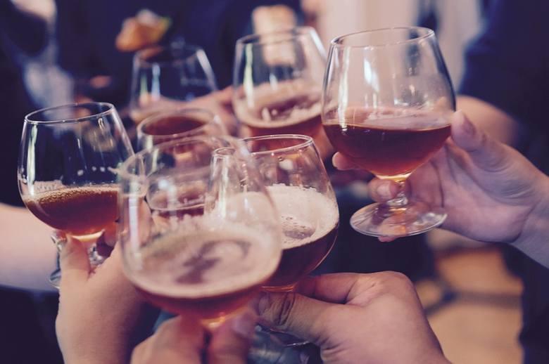 Produktem rozpadu alkoholu etylowego w wątrobie, zawartego w każdym napoju alkoholowym, jest aldehyd octowy. Ma on działanie rakotwórcze. Opiera się