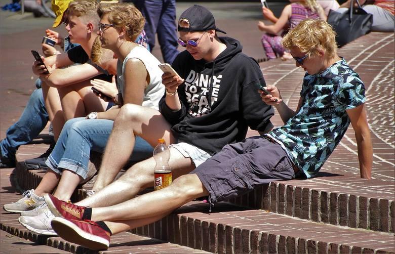 Wielu młodych nie rozstaje się z telefonem
