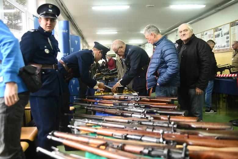 Podczas niedzielnej wystawy można było zobaczyć egzemplarze broni nawet z XIX wieku.