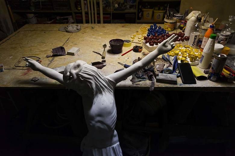 """""""Sławek  Odnowiciel"""" daje drugie życie przydrożnym krzyżom i kapliczkom"""